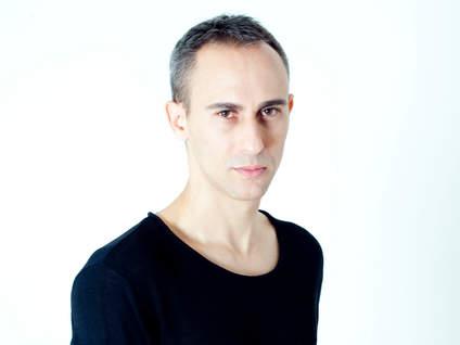אסף אמדורסקי במופע אקוסטי